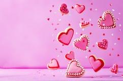 Biscuits de sucre de vol de forme de coeur avec le lustre rose pour le ` s de Valentine Images stock