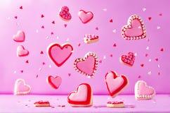 Biscuits de sucre de vol de forme de coeur avec le lustre rose pour le ` s de Valentine Photographie stock
