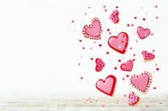 Biscuits de sucre de vol de forme de coeur avec le lustre rose pour le ` s de Valentine Image stock