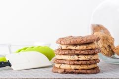 Biscuits de surcharge de beurre et de chocolat d'arachide photographie stock libre de droits