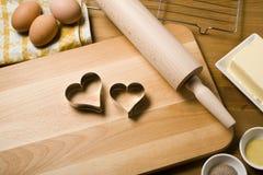 Biscuits de traitement au four avec amour Photographie stock
