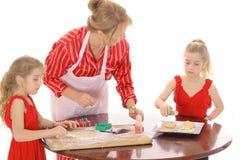 Biscuits de traitement au four de grand-mère avec des enfants Image stock