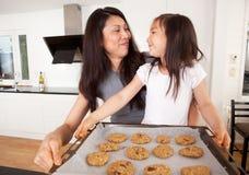 Biscuits de traitement au four de mère et de descendant Photographie stock