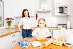 Biscuits de traitement au four de mère et de descendant image libre de droits