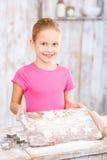 Biscuits de traitement au four de petite fille Images libres de droits
