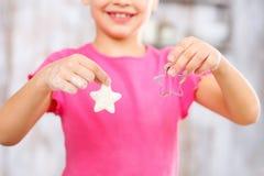 Biscuits de traitement au four de petite fille Photographie stock