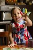 Biscuits de traitement au four de petite fille image stock