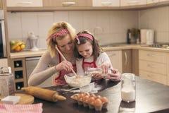 Biscuits de traitement au four de mère et de descendant photographie stock libre de droits