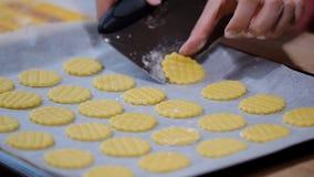 Biscuits de traitement au four pour Noël Biscuits sur la feuille de traitement au four clips vidéos