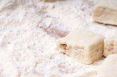 Biscuits de traitement au four. Préparation à Noël image libre de droits
