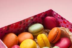 Biscuits de Valentine dans une boîte avec des coeurs Image libre de droits