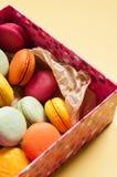Biscuits de Valentine dans une boîte avec des coeurs Photos stock