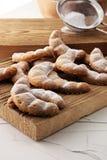 Biscuits de Vanille Kipferl pour Noël sur le bois brun avec du sucre photographie stock