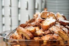 Biscuits des bretzels avec des amandes sur le plateau Photographie stock