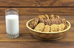 Biscuits, des piles de biscuits et un verre de lait Photographie stock libre de droits