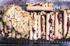 Biscuits doux avec de la confiture de cerise Photographie stock libre de droits