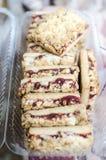 Biscuits doux avec de la confiture de cerise Photos stock