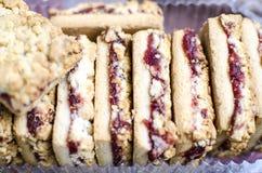 Biscuits doux avec de la confiture de cerise Image libre de droits