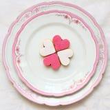 Biscuits doux en forme de coeur d'un beau plat Image libre de droits