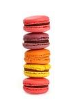 Biscuits doux français de macaron d'isolement sur le blanc Photographie stock libre de droits