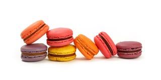 Biscuits doux français de macaron d'isolement sur le blanc Photos stock