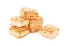 Biscuits doux sous forme de cubes d'isolement sur le blanc Photos libres de droits
