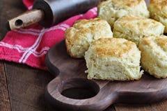 Biscuits du sud cuits au four frais de babeurre photographie stock
