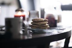 Biscuits empilés sur l'un l'autre d'un plat images libres de droits