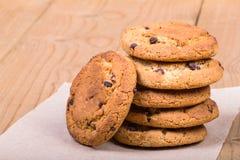 Biscuits empilés sur le papier Images stock