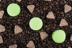 3 biscuits en bon état avec des coeurs de sucre sur un fond de café Photo stock