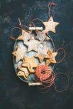 Biscuits en forme d'étoile de pain d'épice de vacances de Noël au-dessus de fond bleu-foncé Images libres de droits