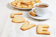 biscuits en forme d'amour et une tasse de thé Image libre de droits