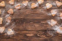 Biscuits en forme de coeur arrosés avec du sucre photographie stock libre de droits