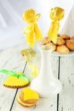 Biscuits en forme de coeur avec des sucreries et des biscuits de noix de coco sur le fond en bois Photo stock