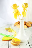Biscuits en forme de coeur avec des sucreries et des biscuits de noix de coco sur le fond en bois blanc Image libre de droits