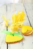 Biscuits en forme de coeur avec des sucreries sur le fond en bois Images libres de droits