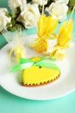 Biscuits en forme de coeur avec des sucreries sur le fond vert Images libres de droits