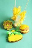 Biscuits en forme de coeur avec des sucreries sur le fond vert Photo libre de droits