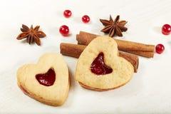 Biscuits en forme de coeur avec le bourrage Photo libre de droits