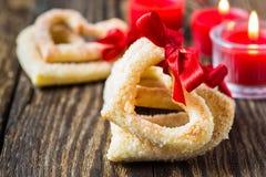 Biscuits en forme de coeur avec le ruban rouge Photos stock
