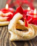 Biscuits en forme de coeur avec le ruban rouge Images stock