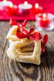 Biscuits en forme de coeur avec le ruban rouge Photo stock