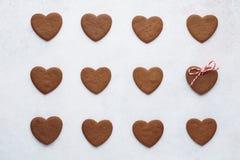Biscuits en forme de coeur de chocolat dans une rangée Vue supérieure images stock