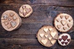 Biscuits en forme de coeur délicieux cuits au four avec amour Images stock