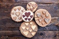 Biscuits en forme de coeur délicieux cuits au four avec amour Photo stock