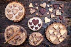 Biscuits en forme de coeur délicieux cuits au four avec amour Photos libres de droits