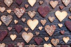 Biscuits en forme de coeur délicieux cuits au four avec amour Photo libre de droits