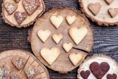 Biscuits en forme de coeur délicieux cuits au four avec amour Images libres de droits