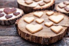 Biscuits en forme de coeur délicieux cuits au four avec amour Photographie stock libre de droits