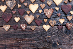 Biscuits en forme de coeur délicieux cuits au four avec amour Image stock